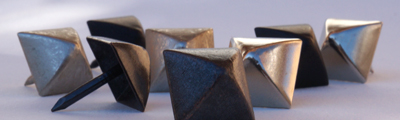 Clous pyramidal noir en fer brillant et mat Contemporain