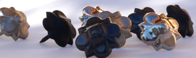 Clous rosaces noires en fer vieilli mat et brillant